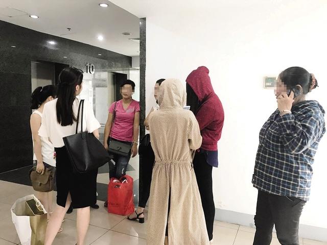 Hàng chục khách hàng đến trụ sở Công ty DeAura ở phố Thái Hà (Hà Nội) xin được trả bộ sản phẩm chăm sóc da có giá 43 triệu đồng. Ảnh: M.T