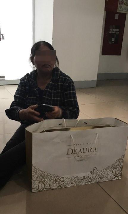 Bà H với bộ sản phẩm dưỡng da của DeAura có giá 43 triệu đồng. Ảnh: M.T