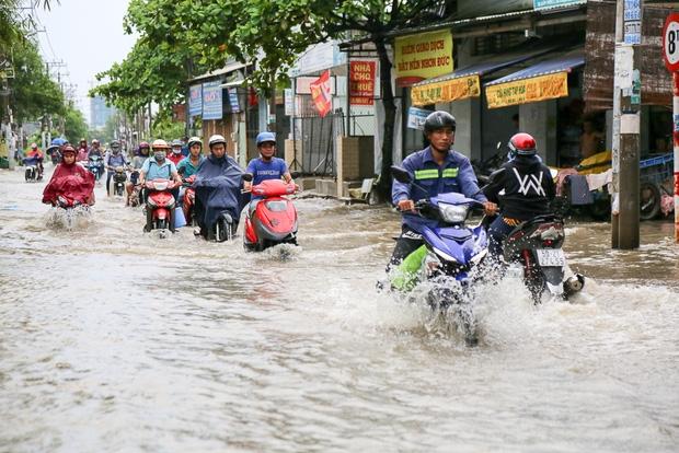 """Gần 3km đường biến thành sông vì triều cường, ô tô """"quật"""" trẻ em té ngã giữa dòng nước ở Sài Gòn - Ảnh 2."""