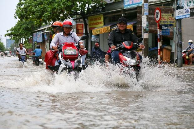 """Gần 3km đường biến thành sông vì triều cường, ô tô """"quật"""" trẻ em té ngã giữa dòng nước ở Sài Gòn - Ảnh 3."""