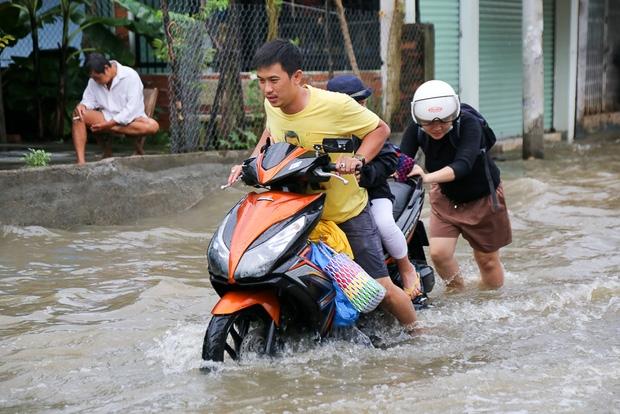 """Gần 3km đường biến thành sông vì triều cường, ô tô """"quật"""" trẻ em té ngã giữa dòng nước ở Sài Gòn - Ảnh 7."""
