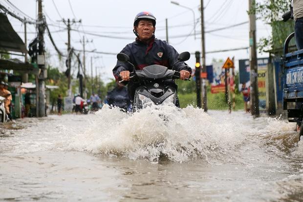"""Gần 3km đường biến thành sông vì triều cường, ô tô """"quật"""" trẻ em té ngã giữa dòng nước ở Sài Gòn - Ảnh 8."""