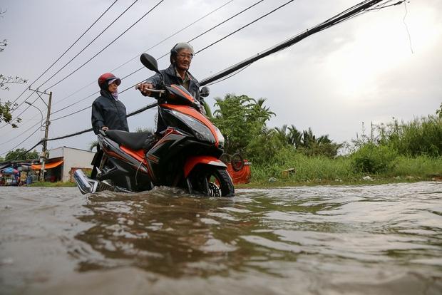 """Gần 3km đường biến thành sông vì triều cường, ô tô """"quật"""" trẻ em té ngã giữa dòng nước ở Sài Gòn - Ảnh 9."""