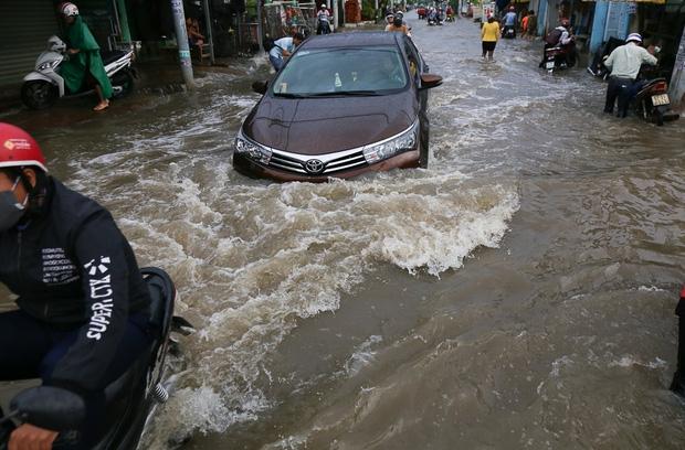 """Gần 3km đường biến thành sông vì triều cường, ô tô """"quật"""" trẻ em té ngã giữa dòng nước ở Sài Gòn - Ảnh 15."""