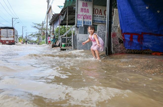 """Gần 3km đường biến thành sông vì triều cường, ô tô """"quật"""" trẻ em té ngã giữa dòng nước ở Sài Gòn - Ảnh 17."""