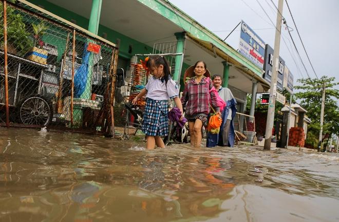 """Gần 3km đường biến thành sông vì triều cường, ô tô """"quật"""" trẻ em té ngã giữa dòng nước ở Sài Gòn - Ảnh 18."""