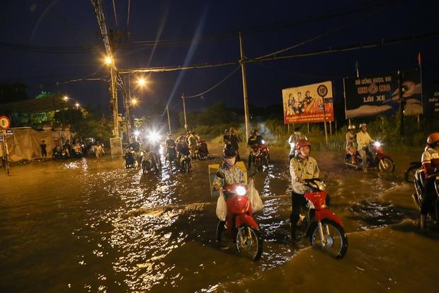 """Gần 3km đường biến thành sông vì triều cường, ô tô """"quật"""" trẻ em té ngã giữa dòng nước ở Sài Gòn - Ảnh 19."""