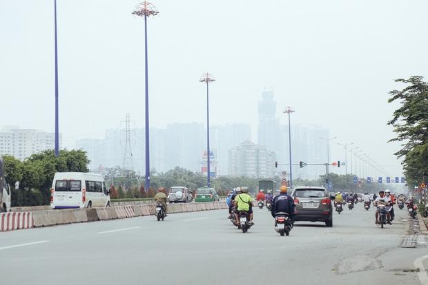 Hàng loạt cao ốc ở Sài Gòn mất tích trong sương mù dày đặc vào giữa trưa - Ảnh 1.