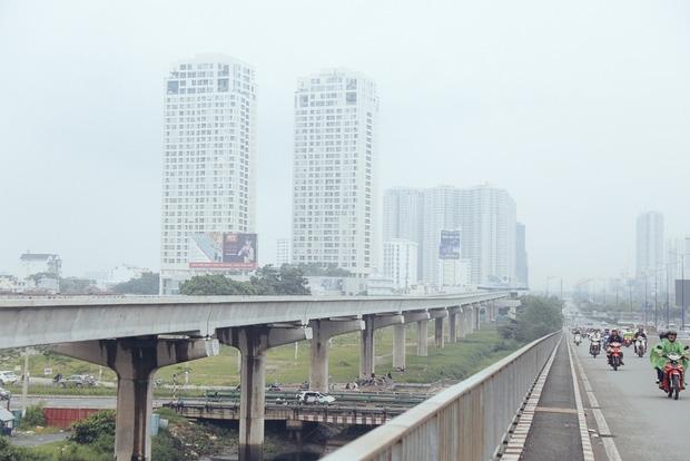 Hàng loạt cao ốc ở Sài Gòn mất tích trong sương mù dày đặc vào giữa trưa - Ảnh 3.