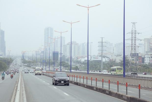Hàng loạt cao ốc ở Sài Gòn mất tích trong sương mù dày đặc vào giữa trưa - Ảnh 4.