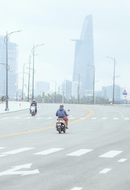 Hàng loạt cao ốc ở Sài Gòn mất tích trong sương mù dày đặc vào giữa trưa - Ảnh 6.