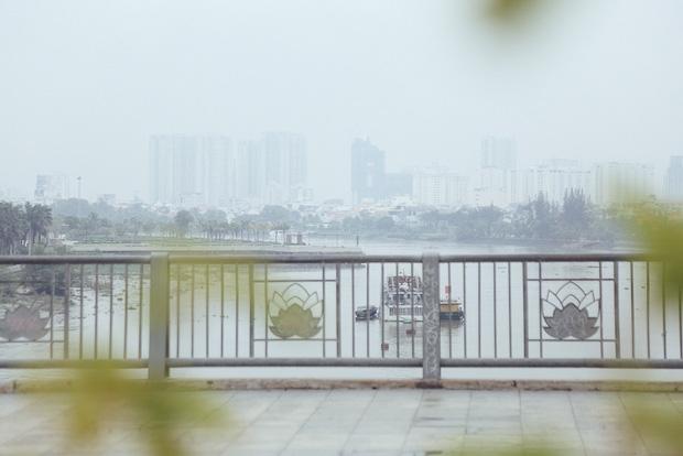 Hàng loạt cao ốc ở Sài Gòn mất tích trong sương mù dày đặc vào giữa trưa - Ảnh 7.