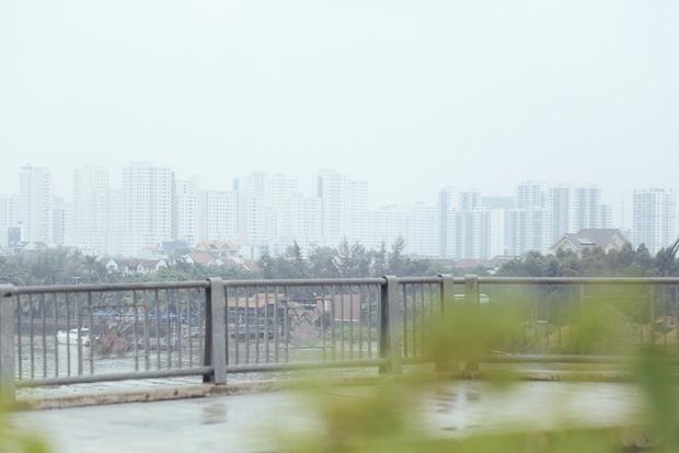 Hàng loạt cao ốc ở Sài Gòn mất tích trong sương mù dày đặc vào giữa trưa - Ảnh 8.