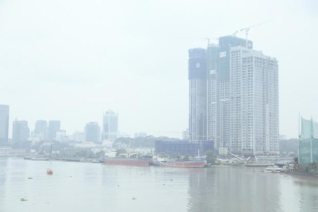 Hàng loạt cao ốc ở Sài Gòn mất tích trong sương mù dày đặc vào giữa trưa - Ảnh 10.