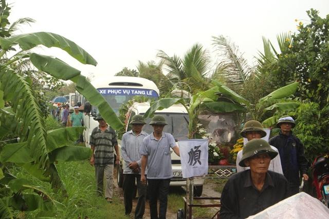 Hàng trăm người dân đến đưa tiễn 2 mẹ con chị Thanh về cõi vĩnh hằng. Ảnh: Đ.Tùy