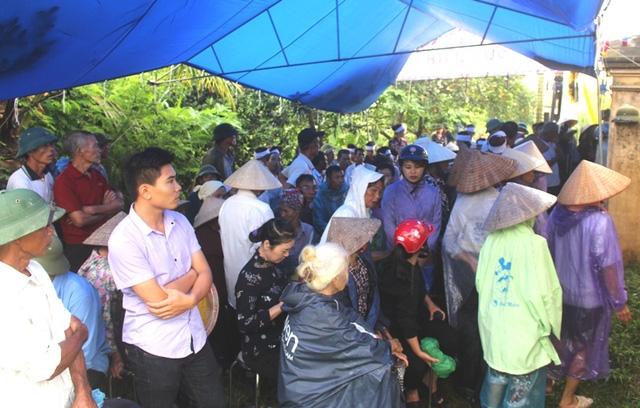 Từ sáng sớm, người thân và nhân dân có mặt tại gia đình nạn nhân để dự lễ truy điệu