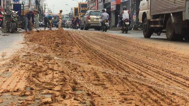 Lực lượng CSGT Công an quận 9 có mặt phần luồng giao thông; nhiều công nhân vệ sinh phải mất cả buổi sáng để thu dọn hiện trường, giải tỏa giao thông do sự cố xe tải làm rơi vãi đất xuống đường.