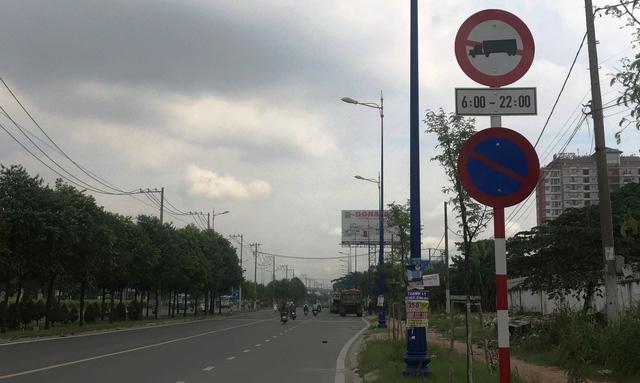 Tuyến đường song hành XLHN (quận 9, TPHCM) dù cấm xe tải nặng, container lưu thông vào ban ngày...