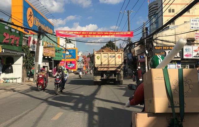 Hung thần chở đất chất cao như núi, không được che chắn kỹ phóng như bay từ đường cấm ra đường Lê Văn Việt, quận 9.