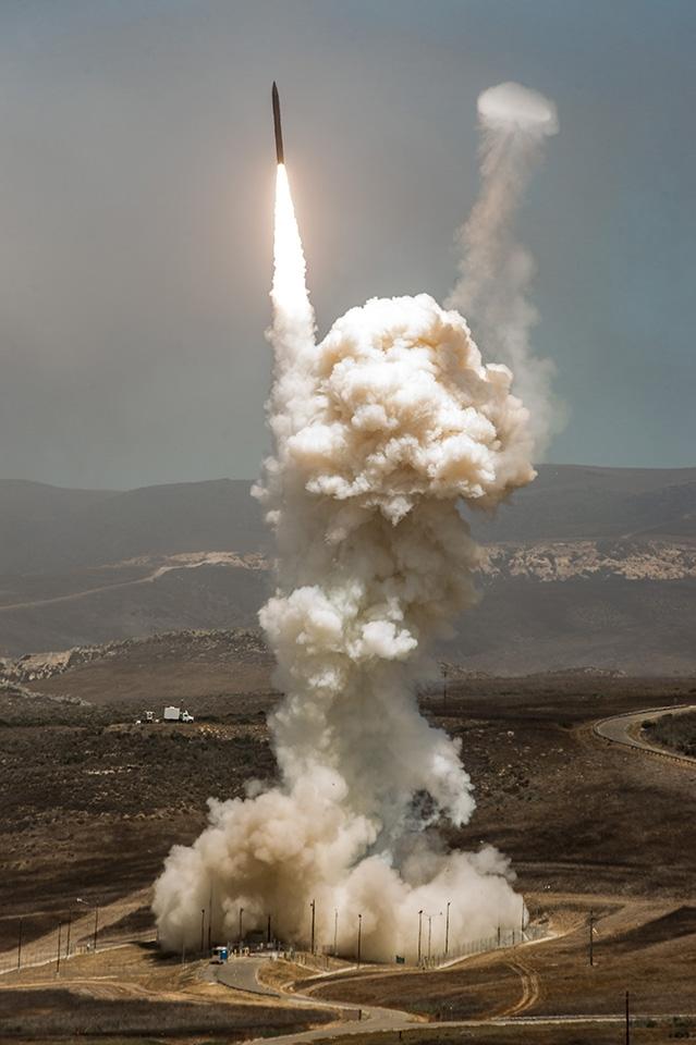 Lãnh đạo Boeing tiết lộ vũ khí giúp Mỹ an toàn dù Triều Tiên phóng tên lửa ngay bây giờ - Ảnh 1.