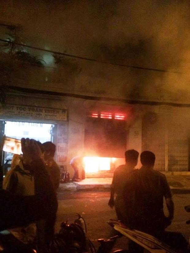 Sài Gòn: Mâu thuẫn tình cảm, cô gái trẻ bị bạn trai mua xăng đốt cửa hàng túi xách để dằn mặt - Ảnh 1.