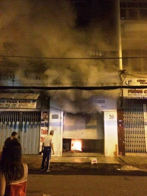 Sài Gòn: Mâu thuẫn tình cảm, cô gái trẻ bị bạn trai mua xăng đốt cửa hàng túi xách để dằn mặt - Ảnh 2.