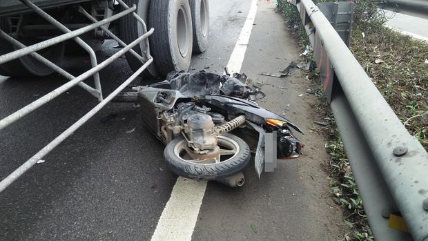 Người phụ nữ cùng xe máy bị cuốn vào gầm xe container, kéo lê hàng chục mét - Ảnh 2.