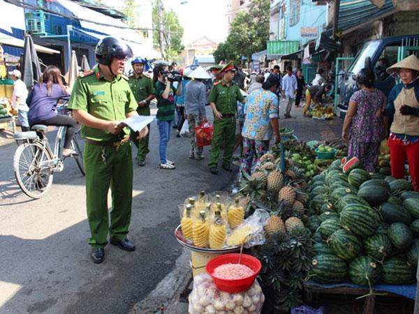 Rút dây nịt đánh công an đang xử lý lấn chiếm vỉa hè ở Sài Gòn