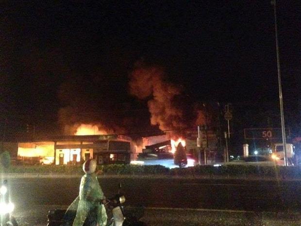 Cháy lớn gần cây xăng ở Vũng Tàu, nhiều người hoảng loạn - Ảnh 2.