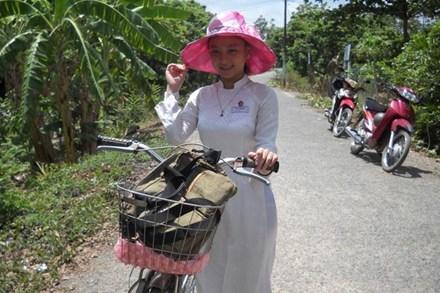 Em Hồ Thuý Vy trên đường đến lớp.