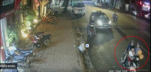 Clip: Đôi nam nữ dẫn theo bé trai dàn cảnh trộm xe máy ngay trên phố - Ảnh 2.