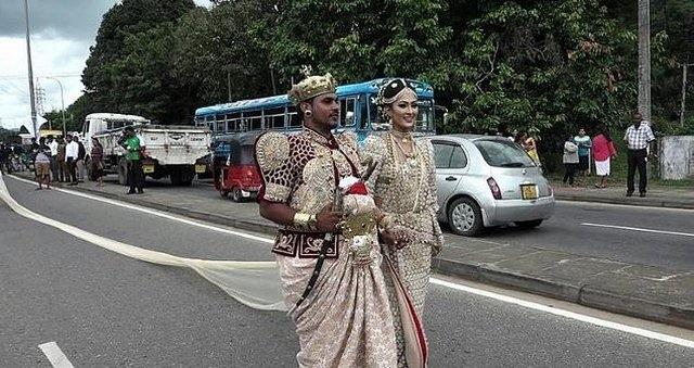 Cô dâu dụ 250 học sinh bỏ học đi bê váy cưới dài 3,2 km - 1