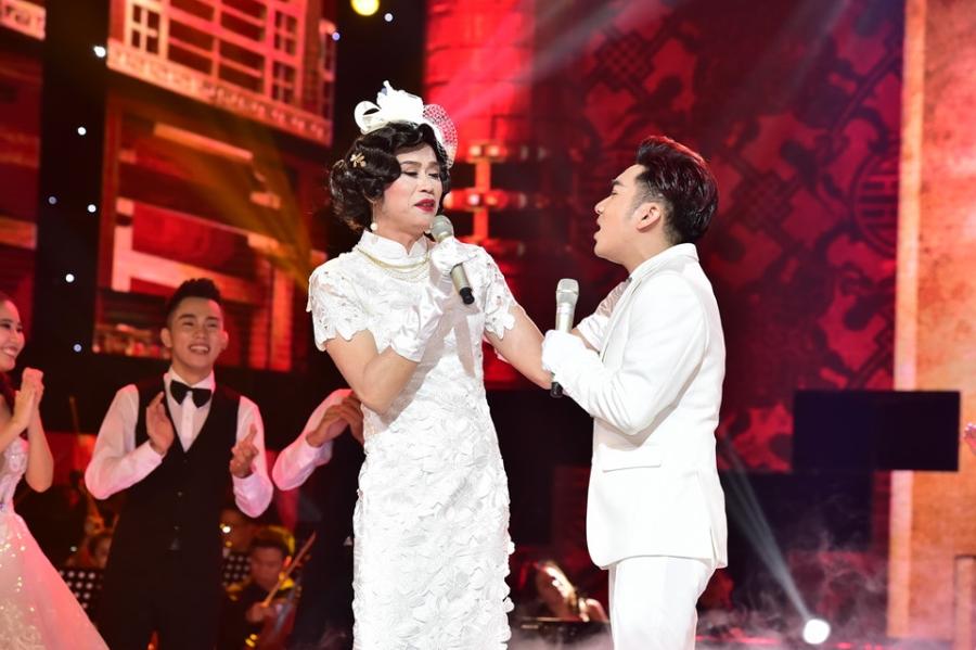 Hoai Linh lam co dau xinh dep trong live show Quang Ha hinh anh 1