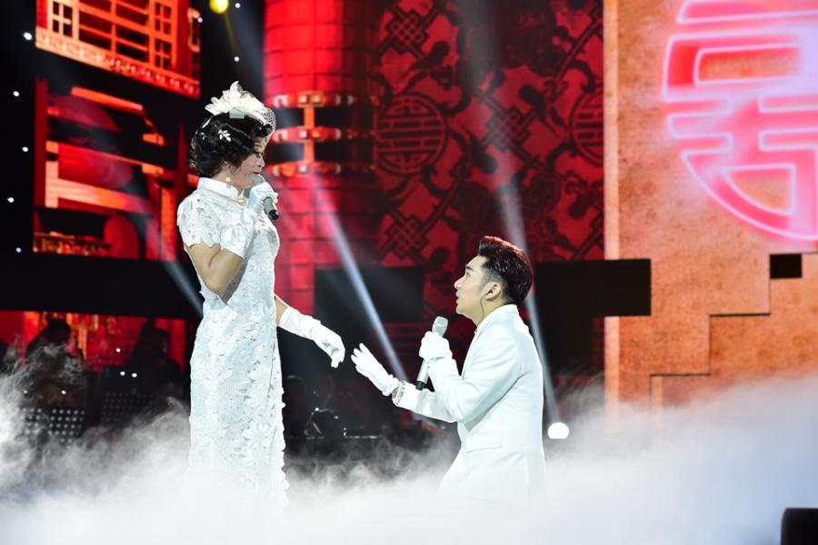 Hoai Linh lam co dau xinh dep trong live show Quang Ha hinh anh 2