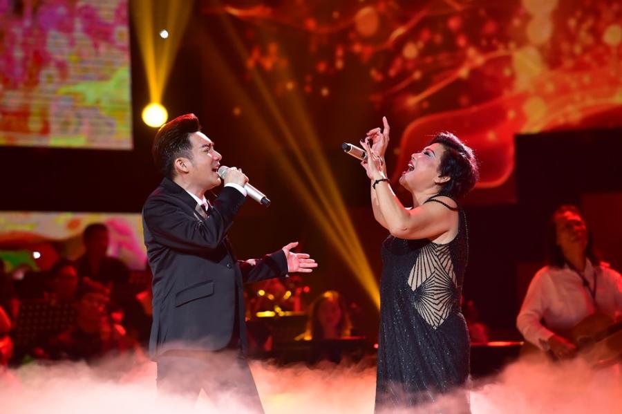 Hoai Linh lam co dau xinh dep trong live show Quang Ha hinh anh 4