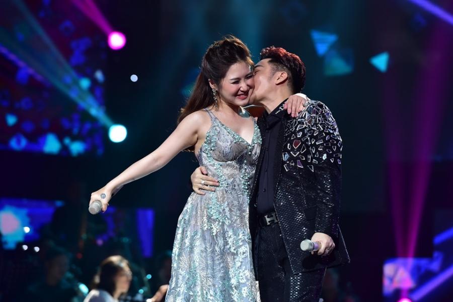 Hoai Linh lam co dau xinh dep trong live show Quang Ha hinh anh 5