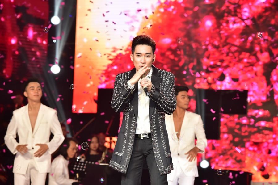 Hoai Linh lam co dau xinh dep trong live show Quang Ha hinh anh 10