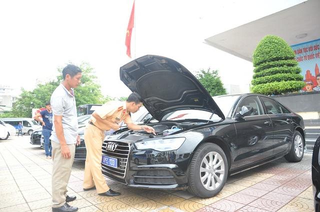 Lực lượng CSGT kiểm tra xe ô tô đưa đón đại biểu