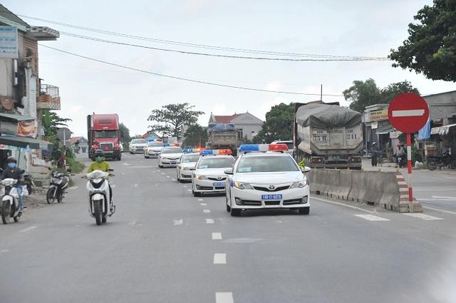 Đoàn xe khảo sát tuyến dẫn trên quốc lộ 1