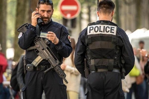 Cảnh sát Pháp phong tỏa khu vực chiếc xe ôtô nghi vấn. (Nguồn: AFP)