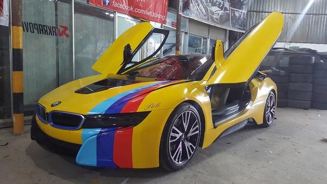 Siêu xe Aston Martin Vanquish cùng dàn xe thể thao tại Sài thành đồng loạt thay áo đề-can màu vàng - Ảnh 5.