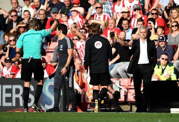 HLV Mourinho bị đuổi ở thời điểm cuối trận