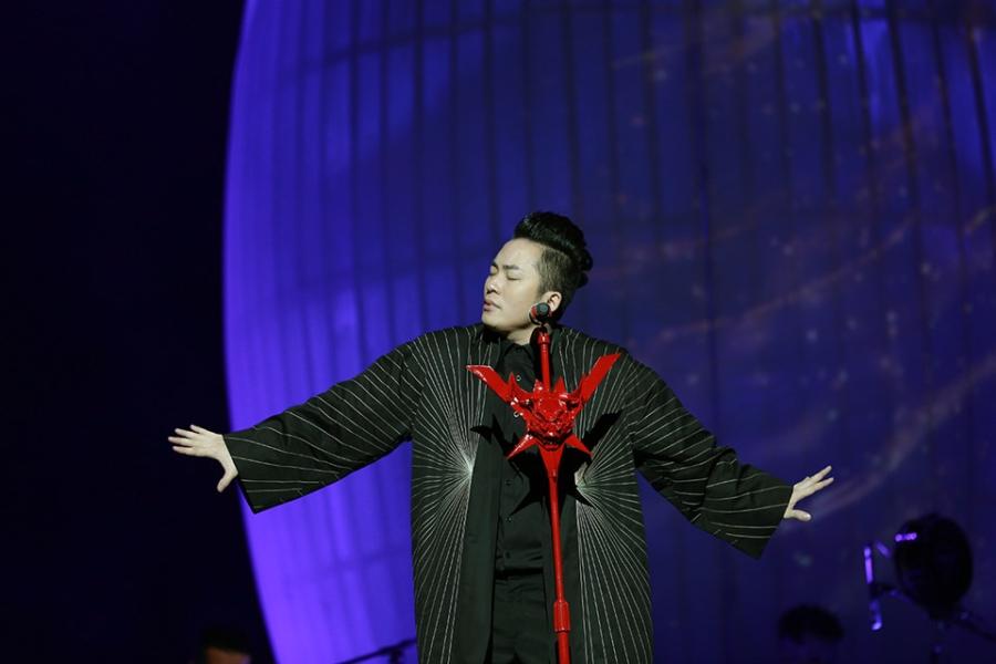Tung Duong khong kim duoc nuoc mat trong live show rieng hinh anh 1
