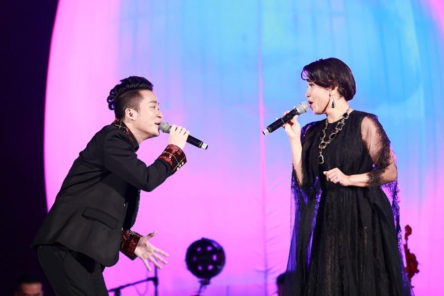 Tung Duong khong kim duoc nuoc mat trong live show rieng hinh anh 3