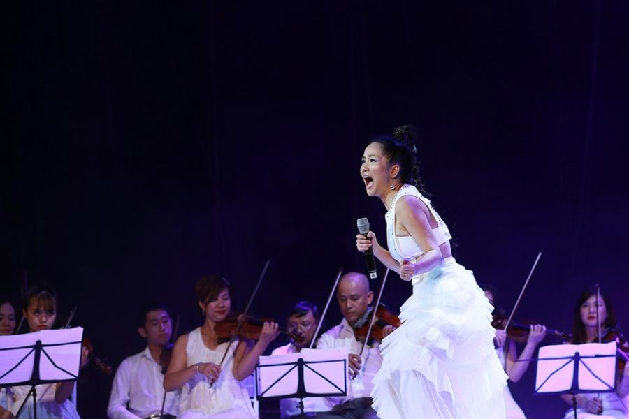 Tung Duong khong kim duoc nuoc mat trong live show rieng hinh anh 6