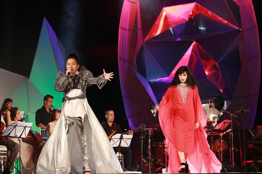 Tung Duong khong kim duoc nuoc mat trong live show rieng hinh anh 7