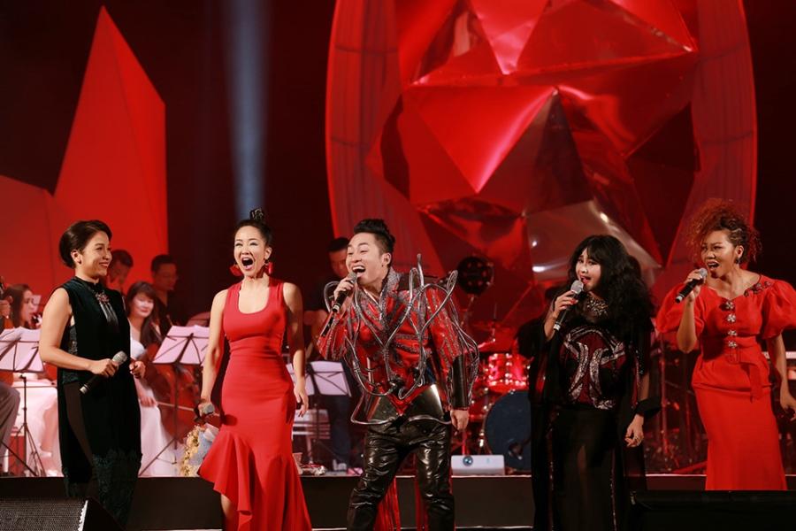 Tung Duong khong kim duoc nuoc mat trong live show rieng hinh anh 13