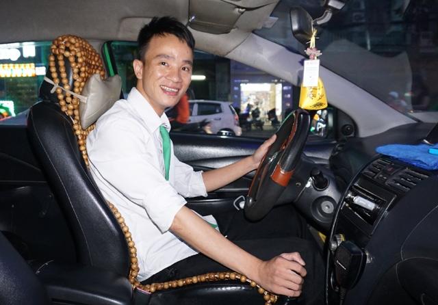 Tài xế chưa vợ Nguyễn Nhật lần đầu tiên trong đời chứng kiến một sự kiện hi hữu ngay trên xe của mình