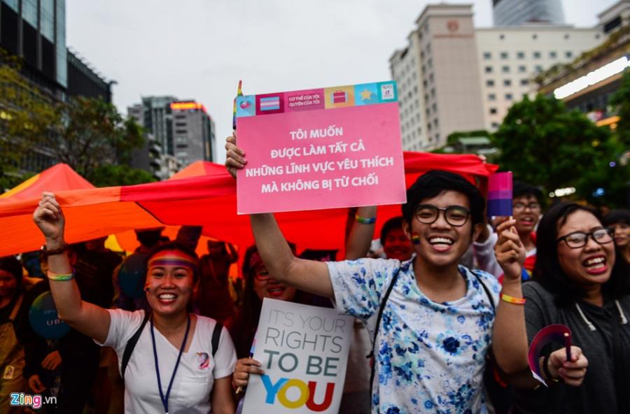 Ban tre tung co cau vong LGBT tren pho di bo Nguyen Hue hinh anh 7