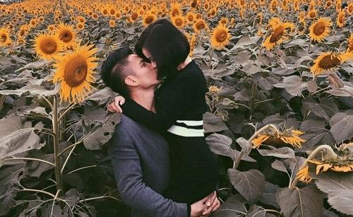 """Hai vợ chồng từng """"gây sốt"""" khi chia sẻ nụ hôn đầy ngọt ngào giữa bối cảnh là cánh đồng hoa hướng dương tuyệt đẹp. - Tin sao Viet - Tin tuc sao Viet - Scandal sao Viet - Tin tuc cua Sao - Tin cua Sao"""